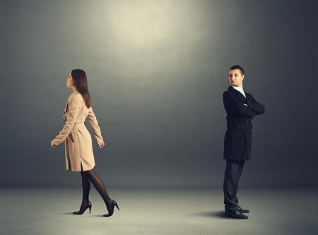 zdradę: Młoda kobieta wychodzi i człowiek patrząc na nią