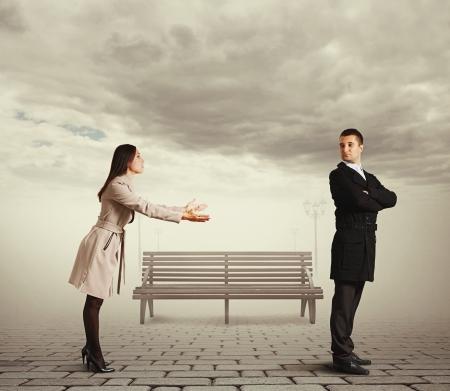 pardon: belle femme des excuses à l'homme à l'extérieur