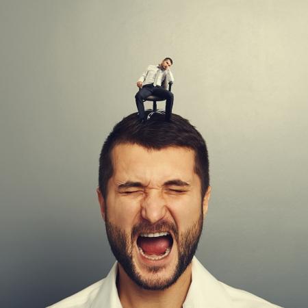 bored man: uomo emotivo con il piccolo uomo annoiato sulla testa