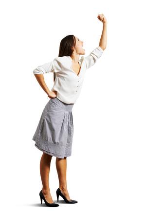 mujer enojada: loca mirando hacia arriba y gritando. aislado en fondo blanco Foto de archivo