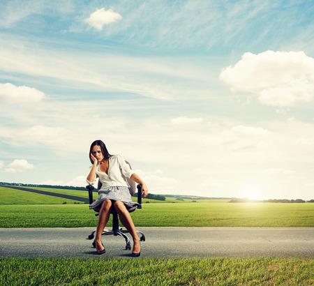 alicaído: cansado joven empresaria en la carretera