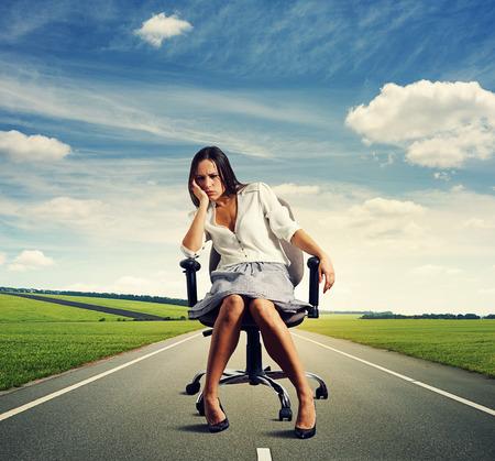 alicaído: Mujer triste en la carretera Foto de archivo