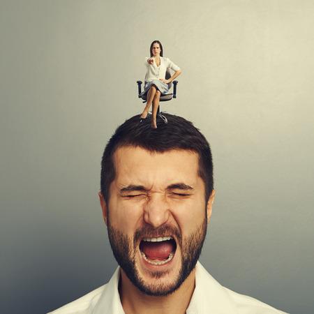 earnest: Mujer seria sentada en el hombre descontento y se�alando