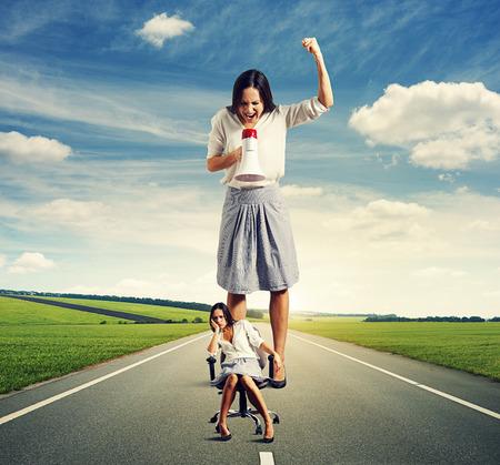 persona enojada: mujer triste y enojado mujer gritando en la carretera al aire libre