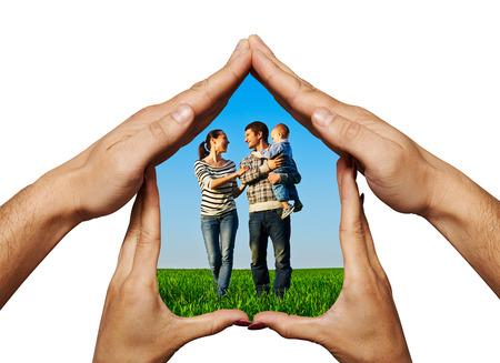 familia unida: concepto de la foto de la familia feliz en el hogar las manos