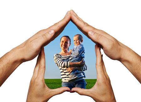 unmarried: feliz madre con su beb� en el hogar de las manos