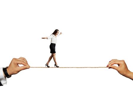 bang zakenvrouw balanceren op het touw. geïsoleerd op witte achtergrond