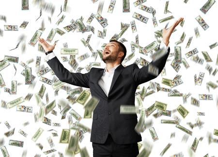 uomo sotto la pioggia: felice uomo d'affari eccitato che solleva le mani e guardando sotto pioggia dei soldi