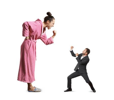 personne en colere: combattre entre crier femme en col�re et petit homme fou. isol� sur fond blanc