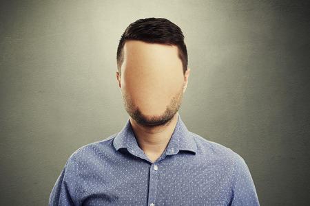 anonieme man met een leeg gezicht tegen een donkere achtergrond Stockfoto