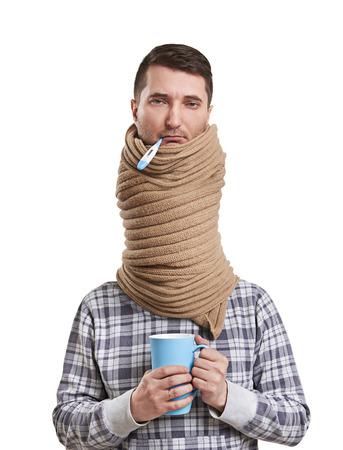 gripe: hombre triste en bufanda tiene una gripe. aislado en fondo blanco