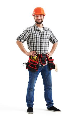 obrero: smiley trabajador en casco de color naranja y el cinturón con herramientas. aislado en fondo blanco