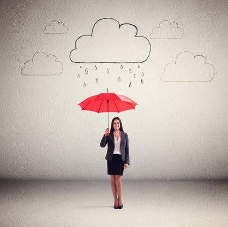 sotto la pioggia: smiley donna in abiti da cerimonia azienda ombrello rosso sotto le nubi di disegno con la pioggia Archivio Fotografico