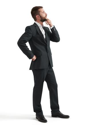 persona pensando: negocios pensativo serio en ropa formal sosteniendo la mano en la barbilla y mirando hacia arriba