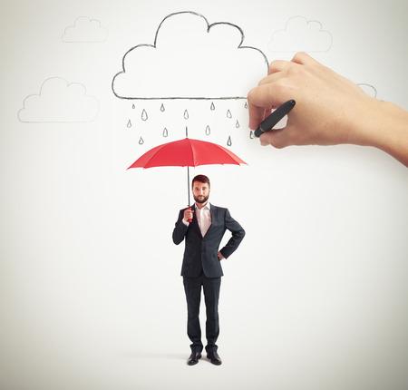 uomo rosso: imprenditore serio in abbigliamento formale azienda ombrello rosso sotto le nubi di disegno con la pioggia