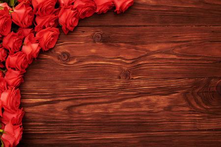 rosas rojas: hermoso marco con rosas rojas sobre fondo de madera