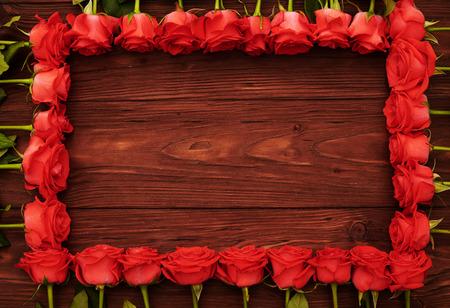 rosas rojas: marco de rosas rojas con copyspace vacío de madera