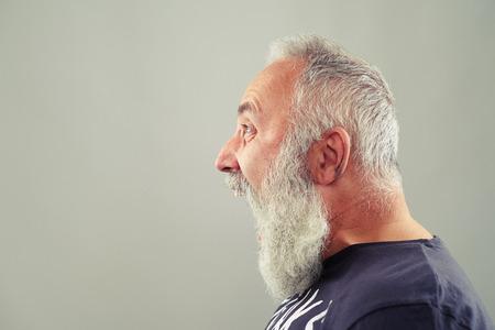 vecchiaia: sideview ritratto di urlare uomo anziano con la barba dai capelli grigi