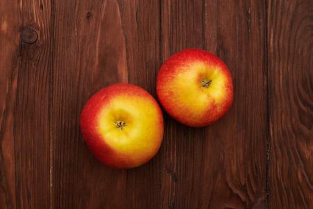 ahogarse: dos manzanas frescas en el fondo de madera se ahogan Foto de archivo