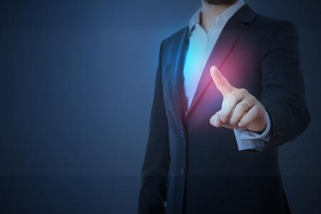 dedo indice: hombre en ropa formal de tocar el vidrio virtuales vacía sobre el fondo azul oscuro