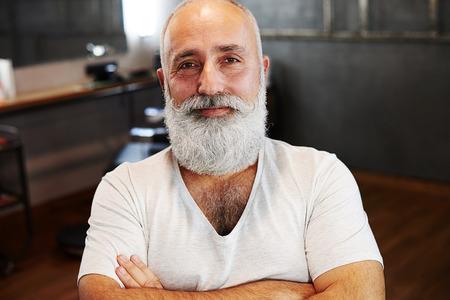 hombres maduros: retrato de hombre mayor sonriente con la barba y el bigote