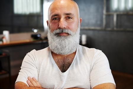 hombres maduros: retrato de hombre mayor con estilo, con barba y bigote Foto de archivo