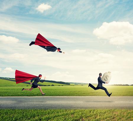 ladron: superhéroes tratando de atrapar a un ladrón al aire libre