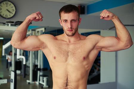 nackte brust: Junge gesunde muskulöser Mann mit nacktem Oberkörper ist seine gut ausgebildeten Körper im Fitness-Studio zeigt