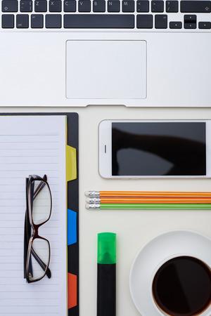 articulos de oficina: artículos de oficina, vasos, ordenador portátil, teléfono y una taza de café poner en perfecto orden en el vector blanco