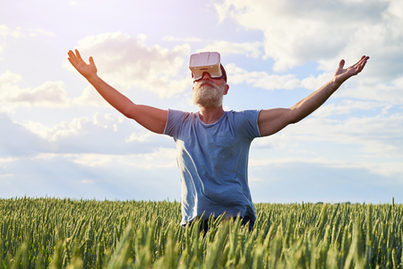 buena postura: Ancianos barbudos manos ascendentes masculinas hasta el cielo, con buena forma y postura, de pie en el campo de hierba, tiro medio