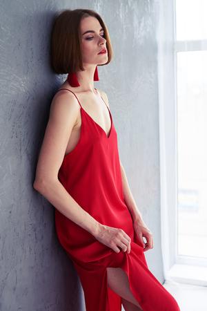 陽気な女性が流行の服でポーズの Fulle 丈ショット の写真素材