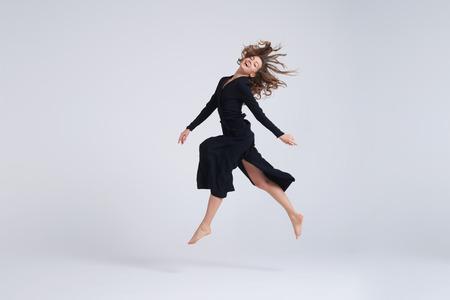pleine longueur de jeune femme séduisante qui court dans l & # 39 ; air Banque d'images