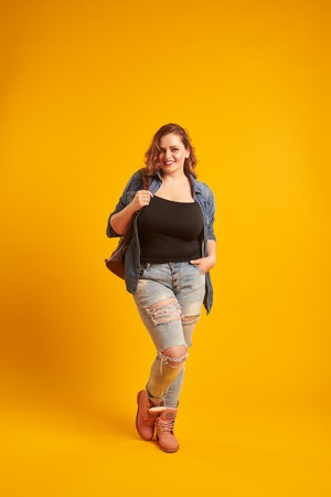 Urban plus-size model posing with backpack and looking at camera Zdjęcie Seryjne