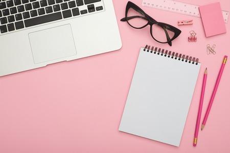 Beautiful flatlay with laptop, glasses and stationery on pink de Zdjęcie Seryjne - 106807629