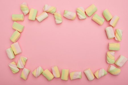 Oval frame of multicolored marshmallow on pink flatlay Zdjęcie Seryjne