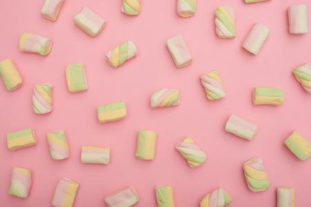 Pattern of multicolored marshmallows on pastel flatlay Zdjęcie Seryjne - 106807639