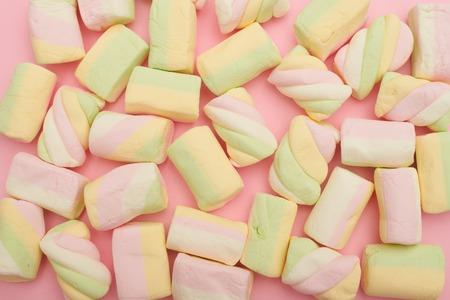Colorful marshmallows placing on pink flatlay Zdjęcie Seryjne - 105705517