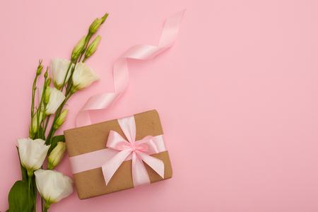 Handmade present box with eustoma flowers on pink flatlay Zdjęcie Seryjne - 105705519