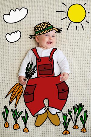Baby holding carrot on bed Zdjęcie Seryjne - 116505398