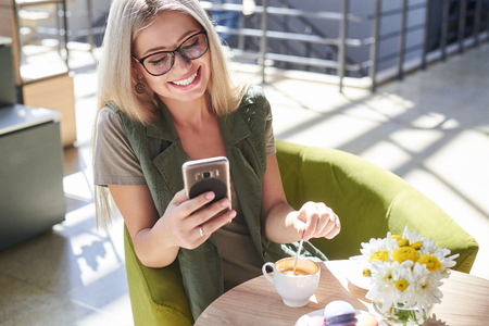 Beautiful woman using mobile phone at cafe Zdjęcie Seryjne - 116505402