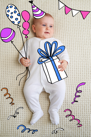 Baby lying on bed with gift box and balloon Zdjęcie Seryjne - 116505404