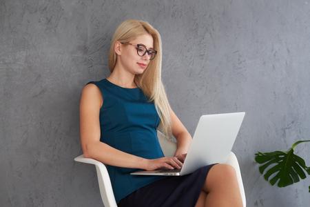 Businesswoman working on laptop Zdjęcie Seryjne - 116505467