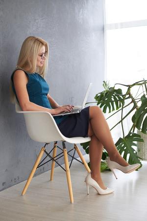 Businesswoman working on laptop Zdjęcie Seryjne - 116505468