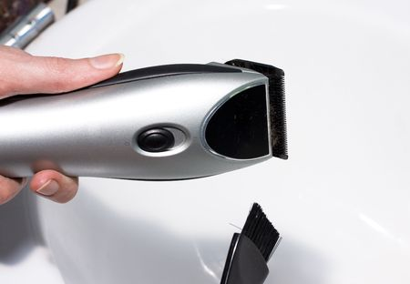 hairclipper: Master clears hairclipper with brush