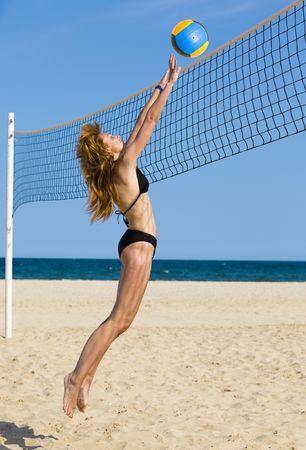 pelota de voley: Atractiva mujer desempeña en el Voleibol de Playa Foto de archivo