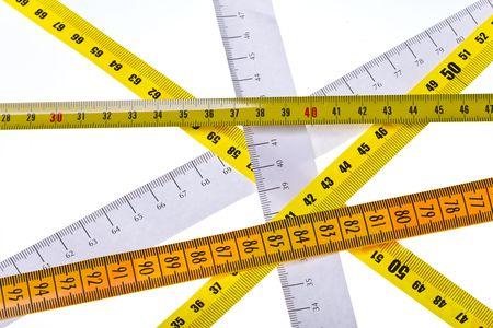 cintas metricas: las medidas de la cinta cruzar sobre fondo blanco Foto de archivo