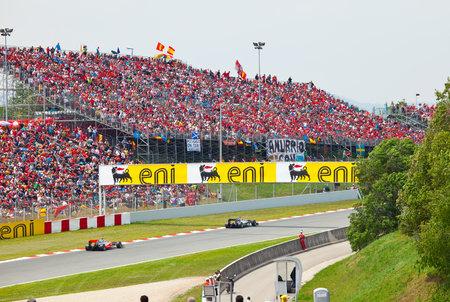 spectators: BARCELONA-mayo 9: Coches de carreras en un circuito durante el Gran Premio F�rmula 1 en el Aut�dromo catalunya montmello el 9 de mayo en Barcelona.
