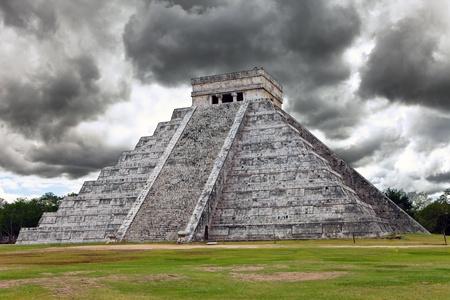 Kukulkan Pyramid in Chichen Itza on the Yucatan Standard-Bild