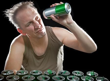 jarra de cerveza: El hombre de un tipo poco saludable despu�s de beber el d�a anterior, antes de un mont�n de envases vac�os de cerveza