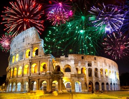 rome italie: Feux d'artifice de c�l�bration au cours Collosseo. Italie. Rome Banque d'images